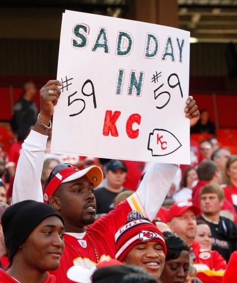 Il cartello di un tifoso dei Kansas City Chiefs durante la vittoria contro i Carolina Panthers, partita giocata il giorno dopo la tragedia di Belcher (AP Photo/Colin E. Braley)