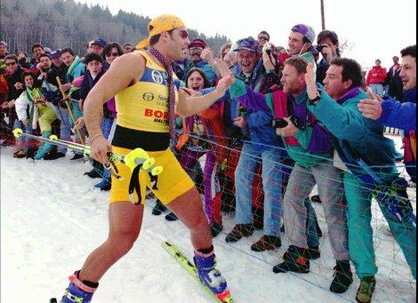 19 marzo 1995: Alberto Tomba ha vinto la Coppa del Mondo Generale e festeggia così alle finali di Bormio (AP Photo/Alessandro Trovati)