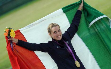 L'emiliana Jessica Rossi con il tricolore festeggia l'oro nella fossa olimpica (4 agosto 2012).