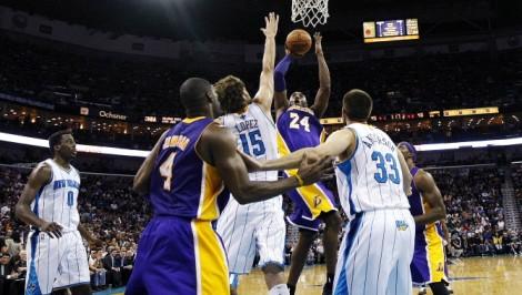 Kobe Bryant nel preciso momento in cui realizza il canestro con cui arriva, più giovane nella storia Nba, a 30000 punti (Foto AP/Gerald Herbert)