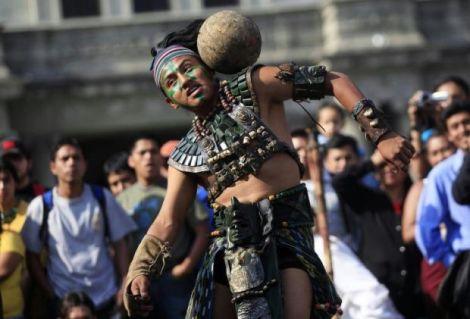 Un giocatore in abiti Maya in una recente ricostruzione storica a Guatemala City (Foto Repubblica)