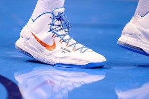 La scarpa di Kevin Durant con la scritta in ricordo delle vittime del Connecticut (Foto  Jerome Miron/Usa Today)