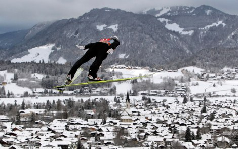 Gregor Schlierenzauer impegnato a Oberstdorf nella prima tappa della Tournée dei Quattro Trampolini (AP Photo/Matthias Schrader)