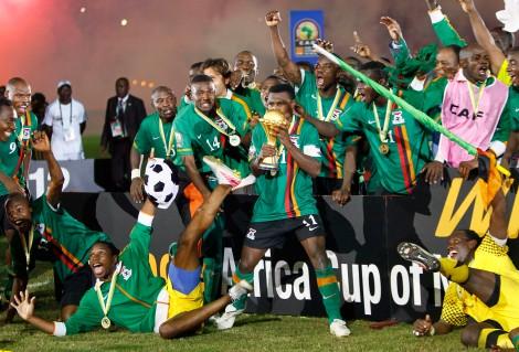 12 febbraio 2012: Christopher Katongo, capitano dello Zambia, solleva la Coppa d'Africa dopo l'incredibile vittoria ai rigori contro la favoritissima Costa d'Avorio