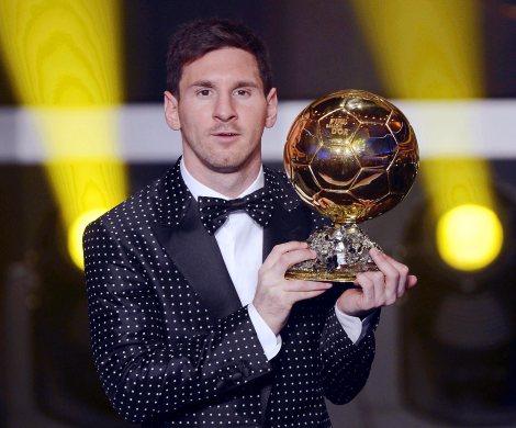 Leo Messi posa con il suo quarto Pallone d'Oro consecutivo (AP Photo/Keystone, Walter Bieri)