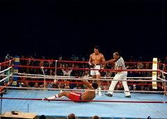 Ali steso da Muhammad Ali nel corso dell'8° round della Rumble in the Jungle di Kinshas, il 30 ottobre 1974 (AP Photo)