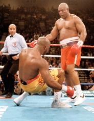 Sabato 5 novembre 1994: stavolta i pantaloni rossi portano bene a Foreman che ha 45 anni torna campione del mondo dei pesi massimo stendendo Michael Moorer (AP Photo/Douglas C. Pizac)
