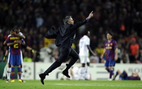 José Mourinho in una delle sue immagini più note, durante la sua corsa al Camp Nou per celebrare il passaggio in finale di Champions League con l'Inter il 28 aprile del 2010 (Photo Getty Images)