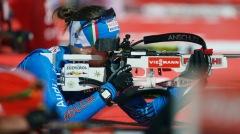 Karin Oberhofer impegnata al poligono durante la frazione conclusiva della staffetta di bronzo azzurra (AP Photo/Petr David Josek)
