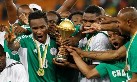 Il centrocampista del Chelsea John Obi Mikel (sinistra) festeggia con il trofeo della Coppa d'Africa dopo la vittoria per 1-0 in finale sul Burkina Faso (AP Photo/Rebecca Blackwell)