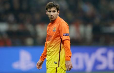Leo Messi sconsolato durante l'andata degli ottavi di Champions League a S.Siro contro il Milan. Resterà a secco, come sua abitudine contro le squadre italiane. (AP Photo/Luca Bruno)