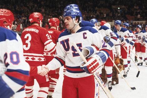 Mike Eruzione stringe la mano agli atleti sovietici prima dell'inizio della gara del 22 febbraio 1980 (Bruce Bennett Studios/Getty Images)
