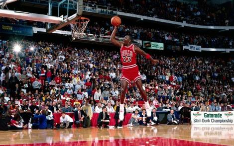 Michael Jordan, numero 23 dei Chicago Bulls, vola letteralmente a canestro nella sua schiacciata più famosa, quella dello Slam Dunk del Nba All Star Game del 6 febbraio 1988, che ovviamente vinse. (Photo Andrew D. Bernstein/NBAE/Getty Images)