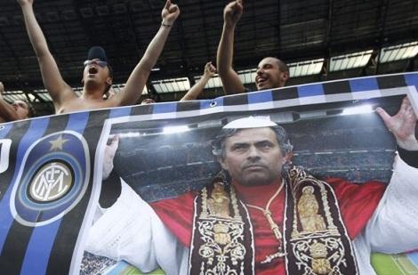 Uno striscione interista a Madrid, la sera della finale di Champions League 2010, rappresentante l'allora tecnico nerazzurro José Mourinho