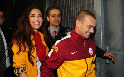Yolanthe Cabau, sorridente, mano nella mano con Wesley Sneijder. Il trequartista olandese è passato dall'Inter al Galatasaray, sua moglie è stata protagonista della vicenda, commentando il tutto live su Twitter (Foto Kikapress.com)