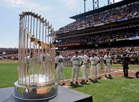 I San Francisco Giants fanno da sfondo al trofeo delle World Series, sono loro i campioni in carica (AP Photo/Marcio Jose Sanchez)