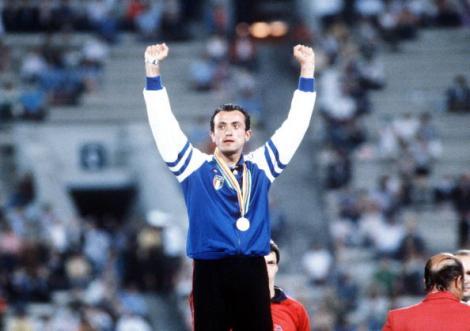 Pietro Mennea a Mosca celebra l'oro olimpico nei 200 metri (Photo Bob Thomas/Getty Images)