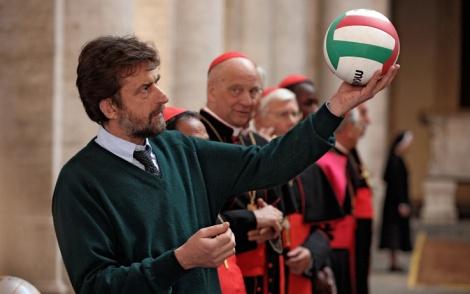 """Nanni Moretti e i cardinali riuniti in conclave alle prese con la pallavolo, in una scena del film """"Habemus Papam"""" (Foto Ansa - Philippe Antonello)"""
