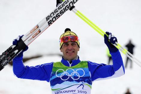 Pietro Piller Cottrer, sul podio, festeggia l'argento olimpico vinto il 15 febbraio 2010 a Vancouver nella 15 km a tecnica libera (Photo FRANCK FIFE/AFP/Getty Images)