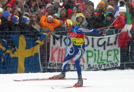 Pietro Piller Cottrer trascina la staffetta azzurra all'oro nella 4x10 km sulla neve di Pragelato, tra le imprese dei Giochi Olimpici Invernali di Torino 2006.   AFP PHOTO / DDP/JOHANNES SIMON  (Photo Johannes Simon/AFP/Getty Images)
