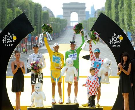 25 luglio 2010: Petacchi festeggia la vittoria della maglia verde sugli Champs-Élysées insieme a Andy Schleck (bianca), Alberto Contador (gialla, poi squalificato) e Anthony Charteau (pois) (AP Photo/Alain Mounic, POOL)