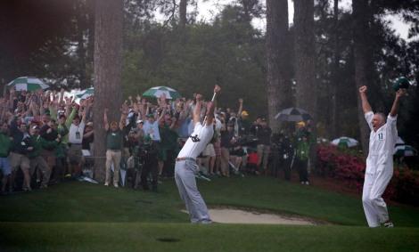 Adam Scott esulta insieme al suo caddie Steve Williams, dal 1999 al 2011 al fianco di Tiger Woods, dopo il putt che gli ha regalato il Masters (AP Photo/Charlie Riedel)