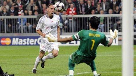 Franck Ribery di fronte a Gianluigi Buffon: i due si sono già sfidati nel girone di qualificazione della Champions League 2009/10 (Photo Imago)
