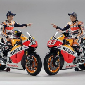 A sinistra Dani Pedrosa, a destra Marc Marquez, posano sulle Honda 2013 (Photo motorzoom.it)