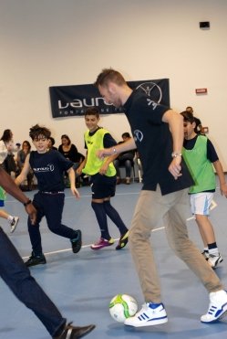 Mauro Sarmiento gioca a pallone con dei bambini a un evento benefico Laureus-Mercedes Benz (Photo maurosarmiento.it)
