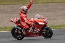 Loris Capirossi festeggia a Motegi, su Ducati, la sua ultima vittoria in carriera