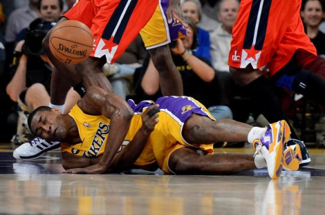 Metta World Peace, numero 15 dei Los Angeles Lakers, a terra dopo l'infortunio. Tempo previsto per il recupero: 6 settimane. Tornerà in campo in 12 giorni (Photo Usa Today Sports)
