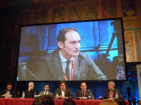 """La """"formazione"""" del panel schierata in Sala dei Notari, sul maxischermo inquadrato Gianluca Di Marzio (Foto di Paola Della Corte)"""