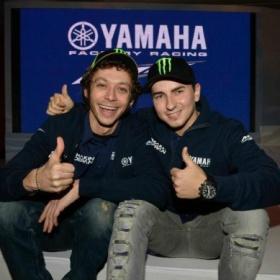 Valentino Rossi e Jorge Lorenzo posano sorridenti in una delle foto di rito per la stagione 2013 della Yamaha (Photo motoblog.it)