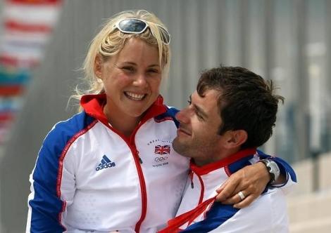 Sarah Ayton e Nick Dempsey, tristi protagonisti della vicenda, si abbracciano felici dopo l'oro di lei a Pechino 2008 (Photo Getty)