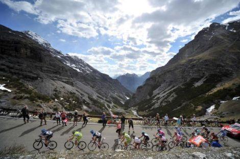 La carovana del Giro dello scorso anno. Anche nel 2013 la Corsa Rosa si avventura, come sempre, sulle Alpi.