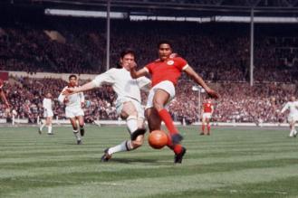 Cesare Maldini contrasta Eusebio a Wembley (Photo Olycom)