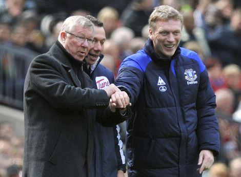 """Alex Ferguson, """"re"""" del Manchester United, scherza con David Moyes, futuro sostituto, in uno scatto del 22 aprile 2012. Siamo all'Old Trafford, futura casa di Moyes per 6 anni. (Foto AP/Martin Rickett)"""