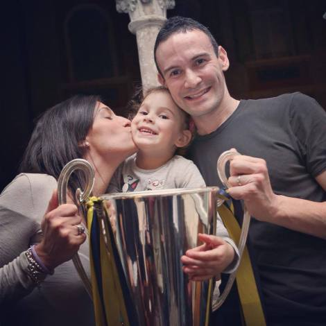 Sintini sorridente insieme alla sua famiglia e alla Coppa dello Scudetto 2012/2013 (foto Giacomo Sintini - pagina Facebook ufficiale)