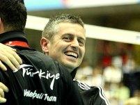 Chiappini, sorridente, abbraccia i componenti del suo staff con la nazionale turca (foto Federvolley Turchia)