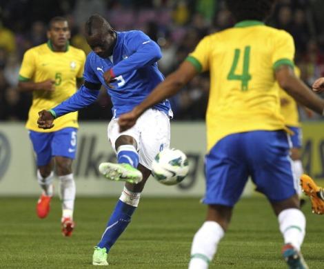 Mario Balotelli calcia il pallone che finirà in rete nell'amichevole del marzo scorso contro il Brasile. Gli azzurri giocheranno di nuovo contro i verdeoro il prossimo 22 giugno (Foto Sportlive.it)