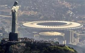 Il caratteristico Cristo del Corcovado di Rio de Janeiro e, sullo sfondo, il nuovo Stadio Maracanà (Foto Getty Images)