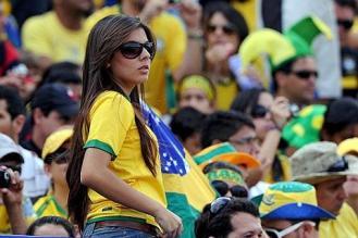 Una tifosa del Brasile sugli spalti: come sempre la torcida brasiliana sarà protagonista delle partite