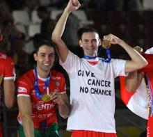 Sintini, con una maglia dedicata alla lotta al cancro, sul podio del Mondiale per Club insieme a Rapha