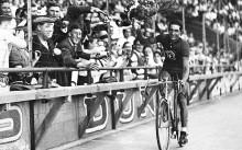 Gino Bartali festeggia la vittoria al Tour de France 1938, il primo dei suoi due successi alla Grande Boucle (foto Rex Features)