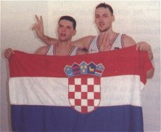 Petrovic, a sinistra, con la bandiera croata e il compagno di nazionale Dino Radja
