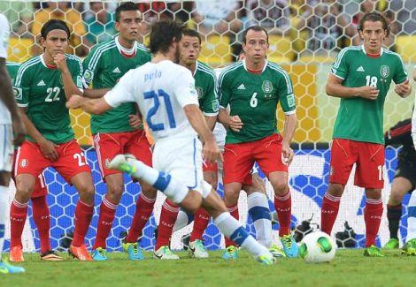 Andrea Pirlo sta per calciare la punizione che porta in vantaggio l'Italia contro il Messico. La barriera è schierata, ma sarà inutile. Gol. (Foto Getty Images)