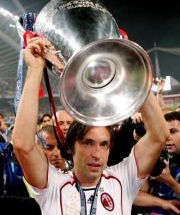 Pirlo alza al cielo la Champions League vinta nel 2007 con il Milan (Foto sport10.it)