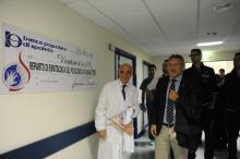 Il prof. Falini con una donazione dell'Associazione Giacomo Sintini