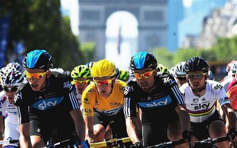 Bradley Wiggins, vincitore del Tour 2012, circondato dai suoi compagni del Team Sky in trionfo sugli Champs Elysees. Chi vincerà quest'anno?