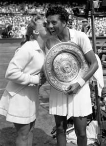 Althea Gibson con la finalista sconfitta, Darlene Hard, dopo aver vinto il titolo di Wimbledon nel 1957 (foto NBCSports)